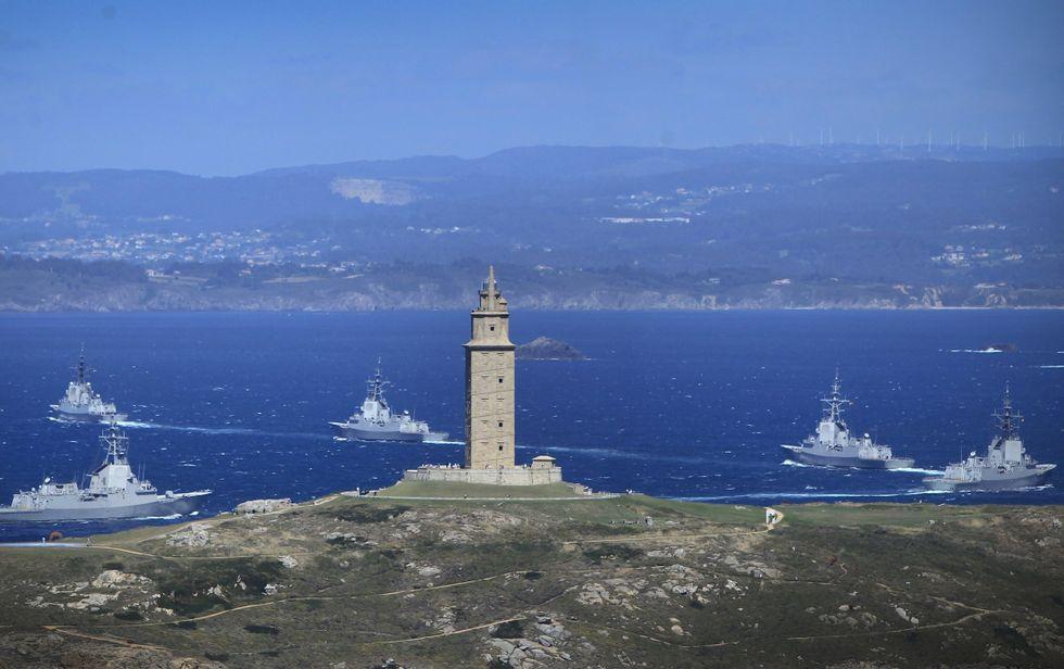 Las cinco fragatas de la Armada pasan por delante de la Torre camino de Ferrol.