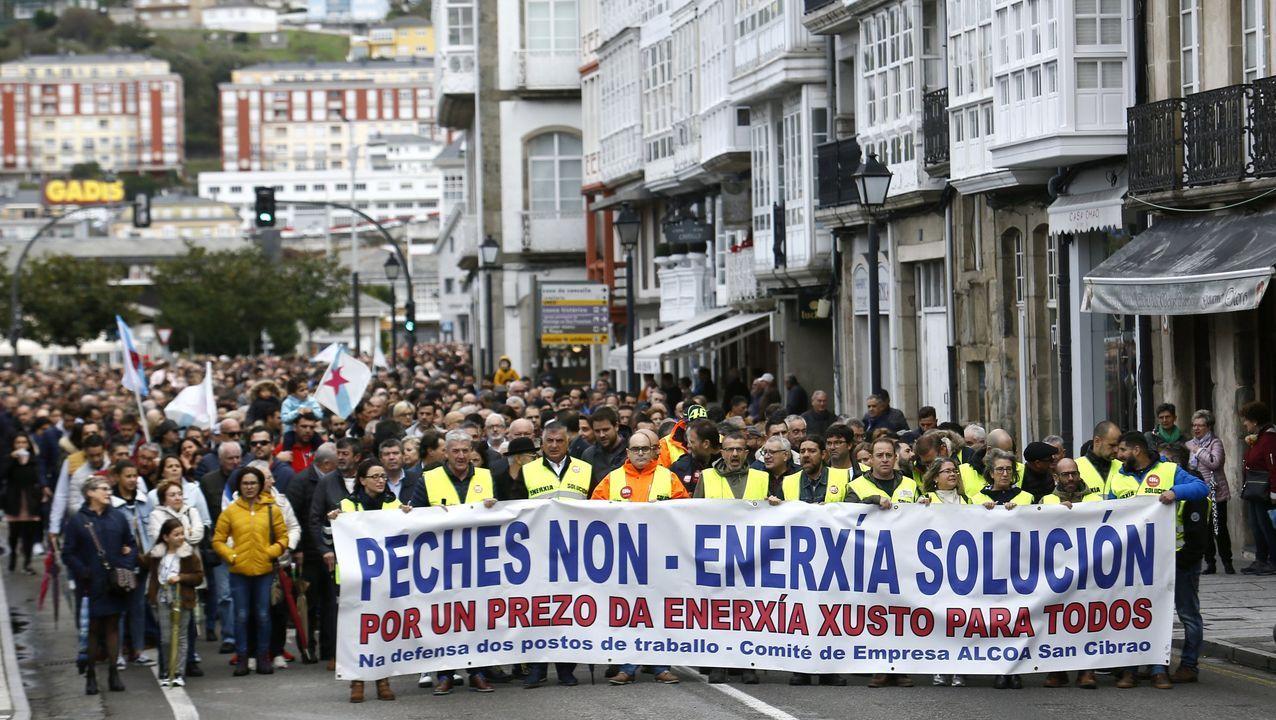 La manifestación de Alcoa por Lugo, en imágenes.El comité de Alcoa en San Cibrao está llenando los concellos de A Mariña de lazos azules para llamar la atención sobre la crisis de la aluminera por el alto precio eléctrico