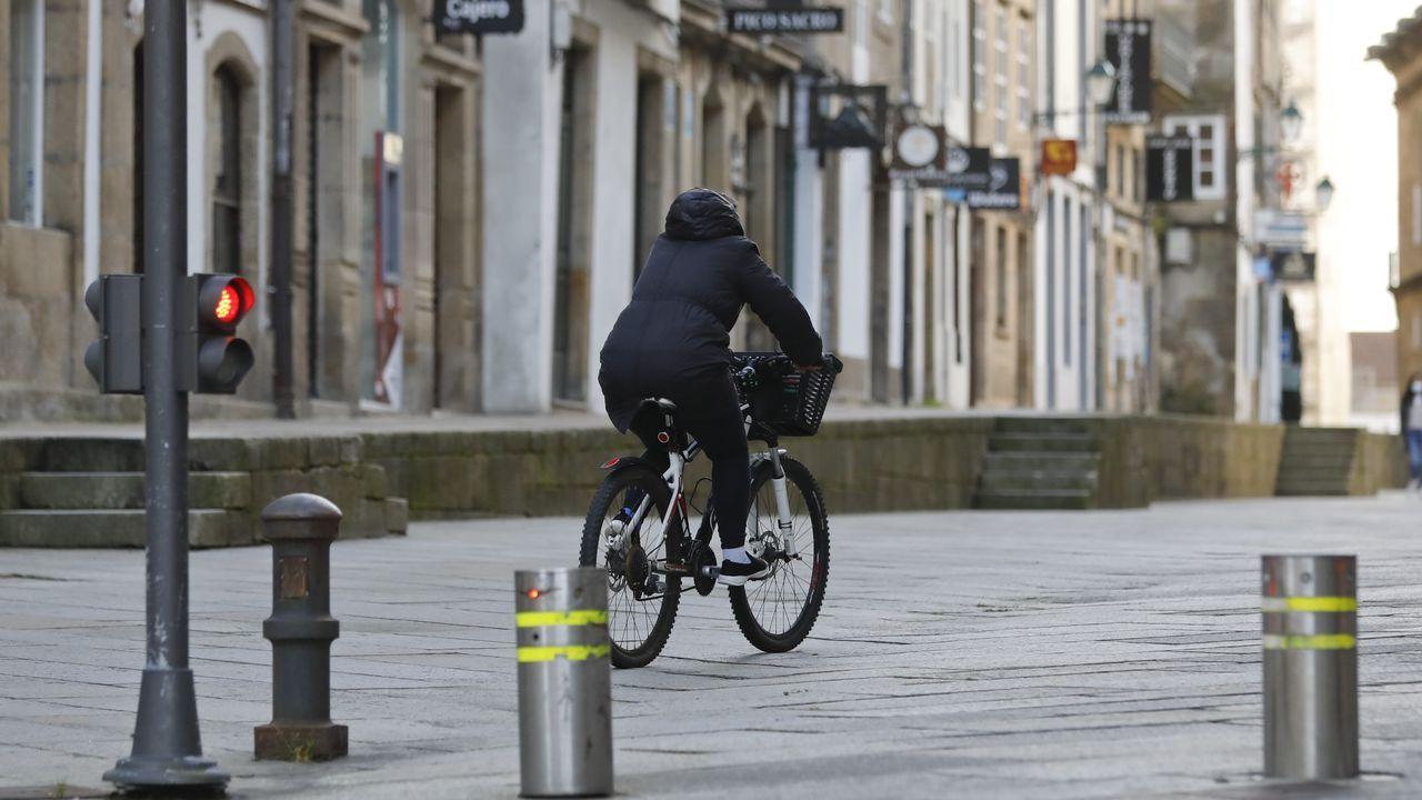 Un ciclista paseando por el centro histórico de la ciudad