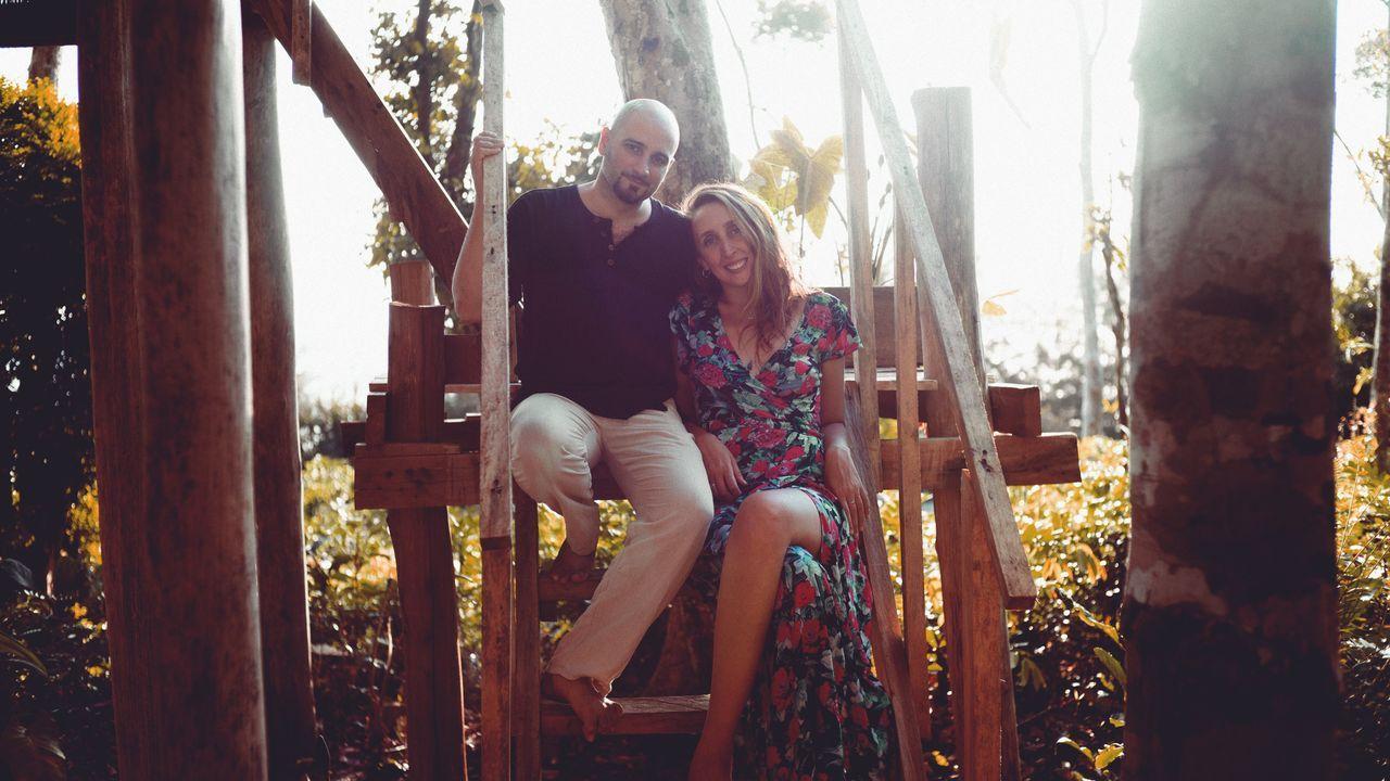 Galicia busca protagonismo en la Liga.Laura Piñón (con un vestido de su marca, Sinhtolina), junto a su marido, Luis Martínez