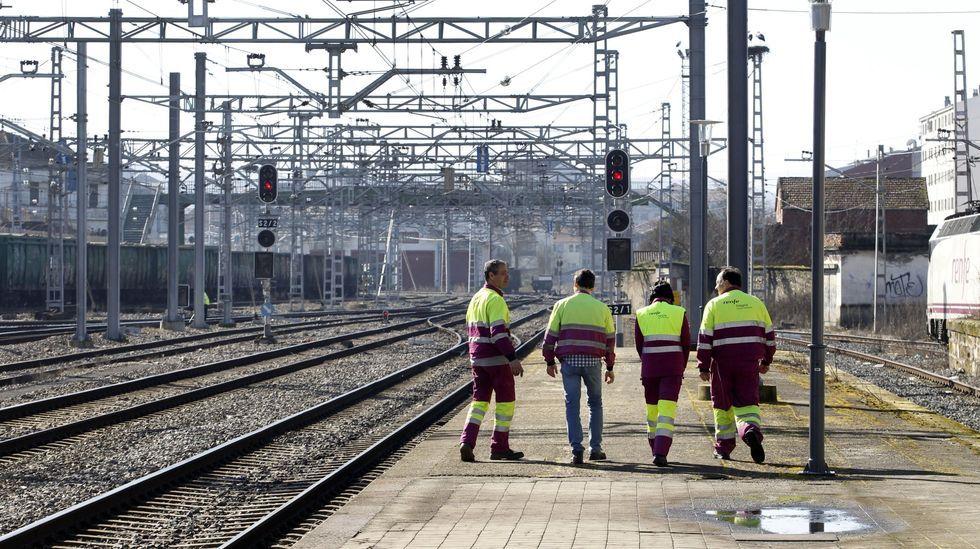 Empleados del taller ferroviario de Renfe en Monforte caminan desde la estación hacia su centro de trabajo