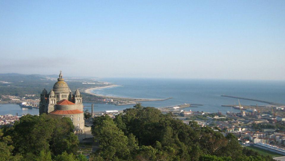 Viana do Castelo, a muy pocos kilómetros de la frontera con Galicia, es una de las poblaciones principales de ocio y playa del norte de Portugal. Con un precioso casco histórico y una de las mejores playas de todo el país, la Playa do Cabedelo, está además situada en un entorno privilegiado, justo en la desembocadura del río Lima, todo un tesoro natural.