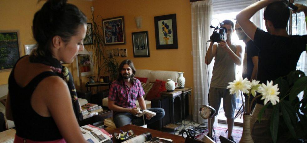 De arriba a abajo, un fotograma de las protagonistas de «Fame», un momento del rodaje de «Te quiero, pero» y, sobre estas líneas, el equipo de la webserie «Clases de lo Social», de Pablo Cacheda.
