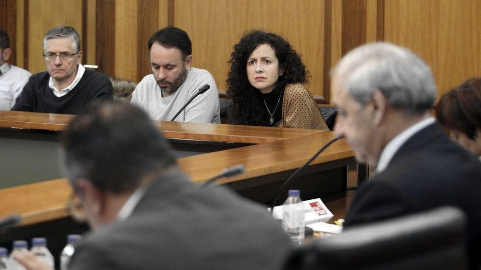 Katy Varela, en el último pleno municipal, junto a dos de sus concejales