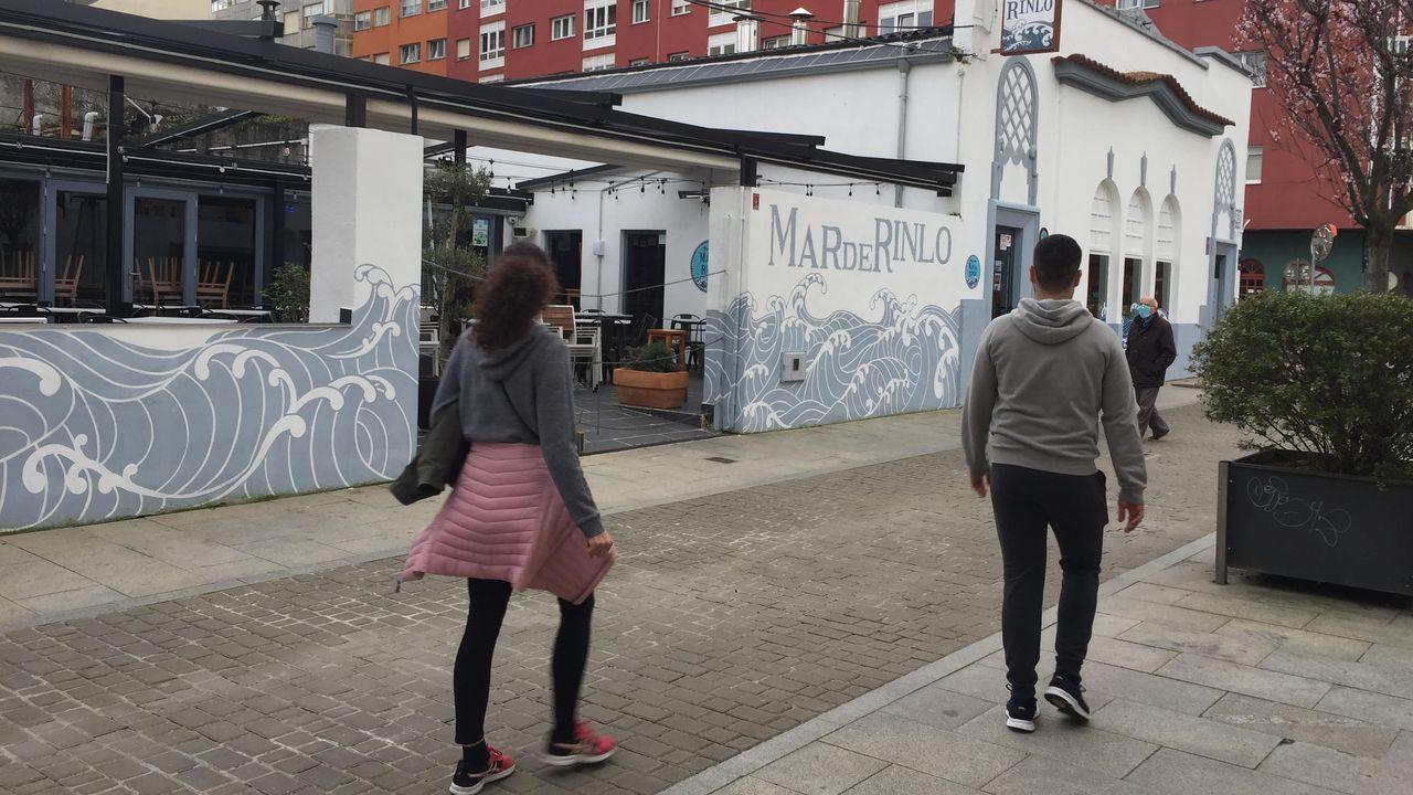 Controles de la movilidad en Ribadeo, la puerta de entrada de Galicia.Un sanitario recibe la primera dosis de la vacuna contra el coronavirus en Asturias