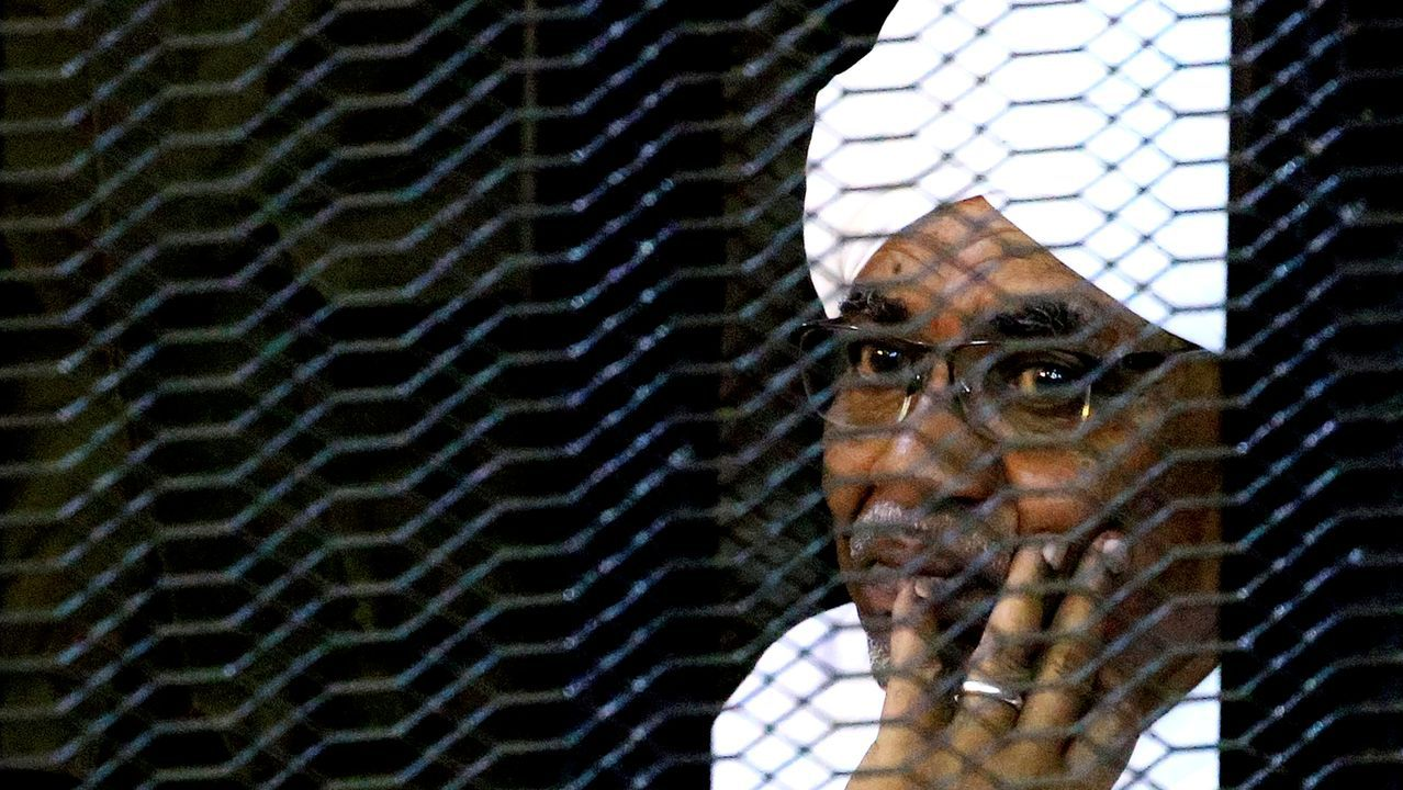 Sobre Al Bashir pesan dos órdenes de arresto del TPI por los abusos cometidos en la región de Darfur.