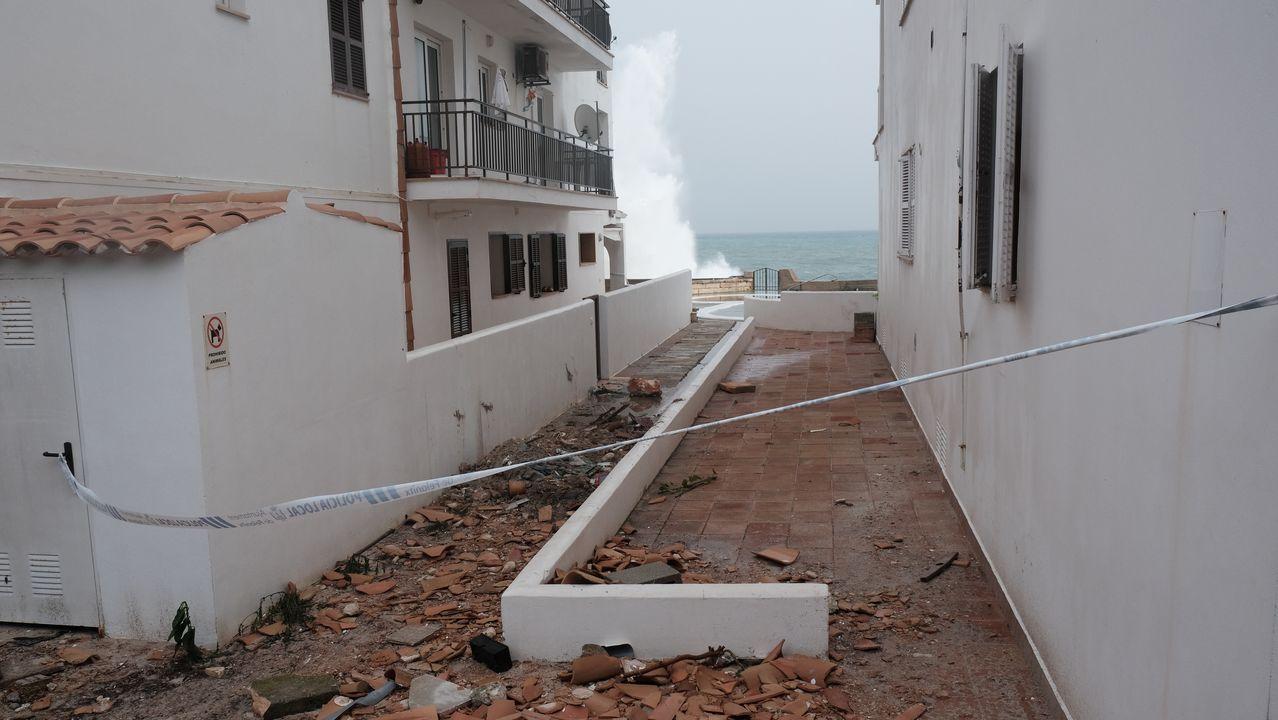 Calle cortada por elementos de inmuebles dañados tras el paso de la borrasca Gloria en Mallorca.