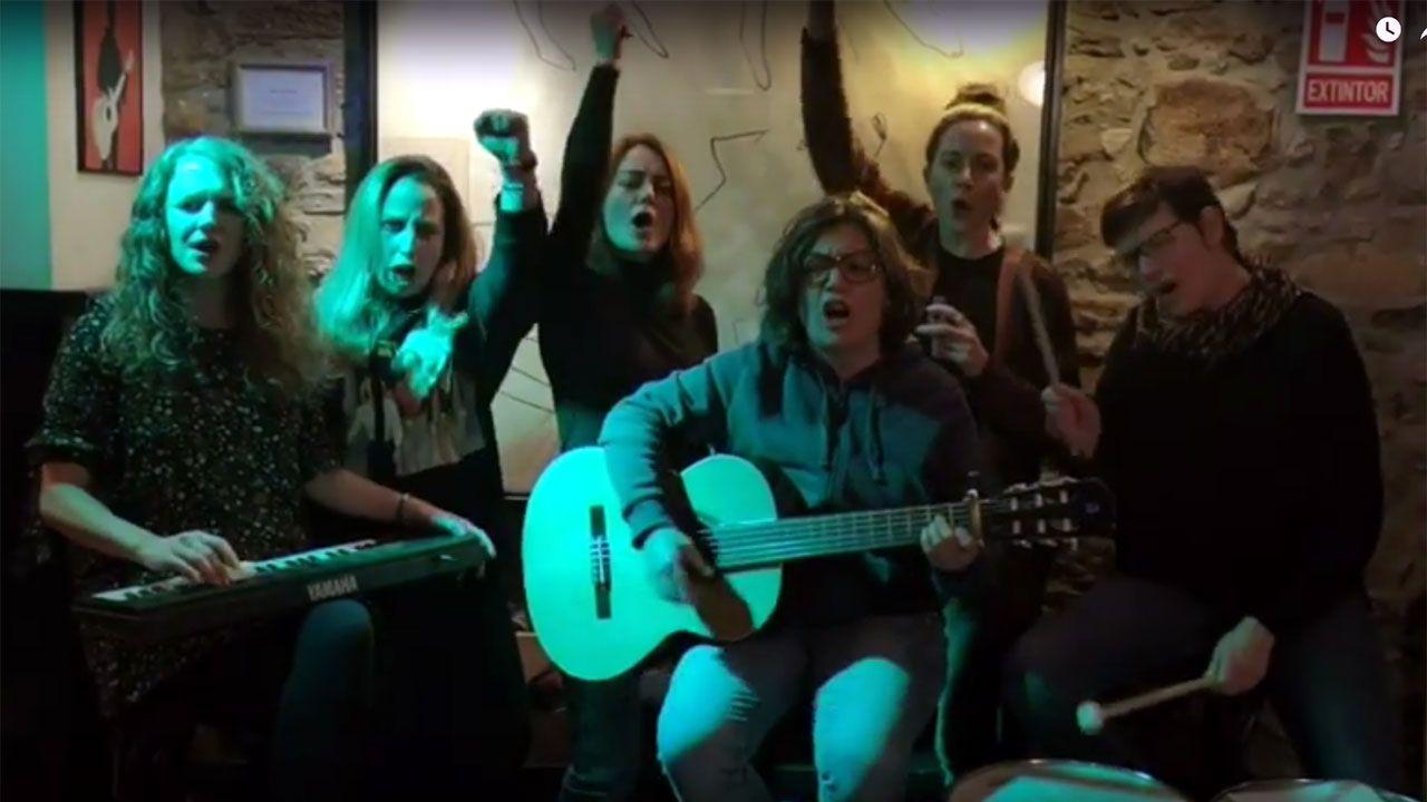 Las feministas de «La caja de músic@s» afinan su canto para el 8M.Adriana Lastra