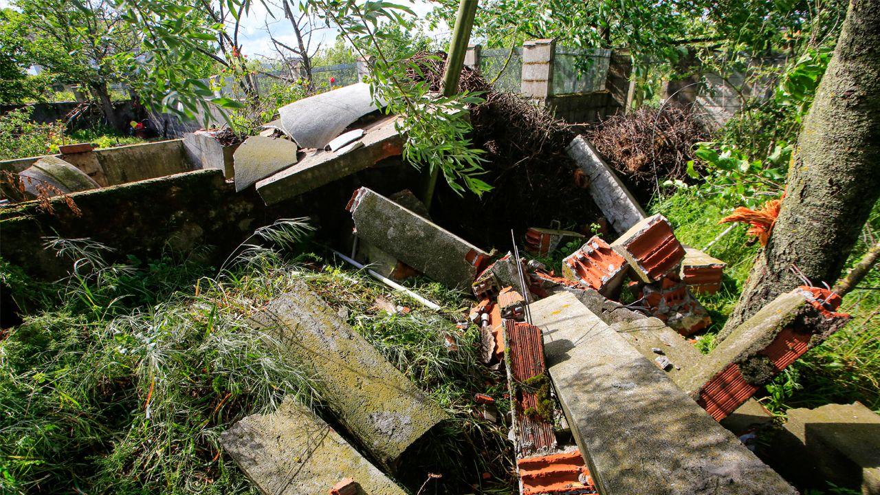 El fuerte viento también tiró en Monforte la entructura y el tanque de agua sobre el que estaba el nido de cigüeña más grande de Galicia
