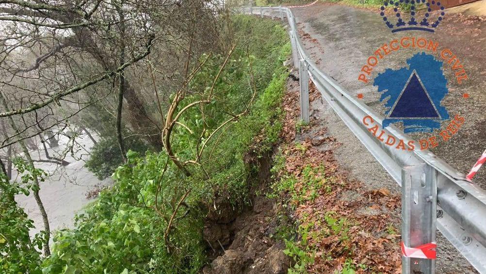 Hundimiento parcial de la carretera en Segado de Abaixo, Caldas de Reis