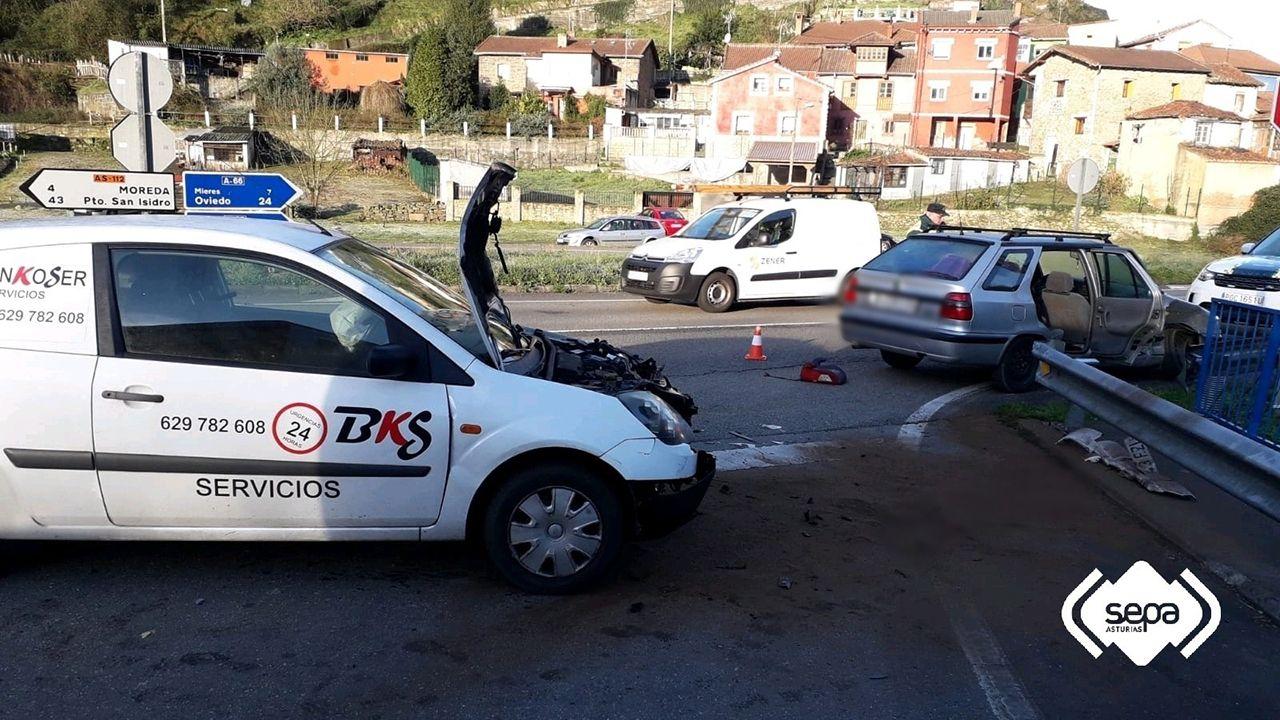 Accidente de tráfico en Mieres con cinco heridos y dos vehículos implicados