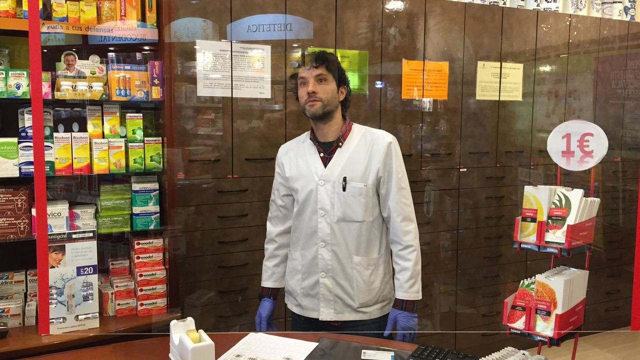 Ángel Rodríguez, empleado de la farmacia Carlos Villares, ideó la instalación de la mampara.