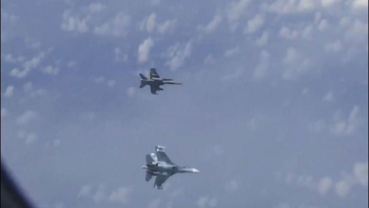 Un vídeo grabado desde el interior del avión del ministro ruso muestra al F-18 español (arriba) volando cerca del aparato hasta que da un giro para alejarse después de la llegada de un caza ruso Su-27 (abajo)