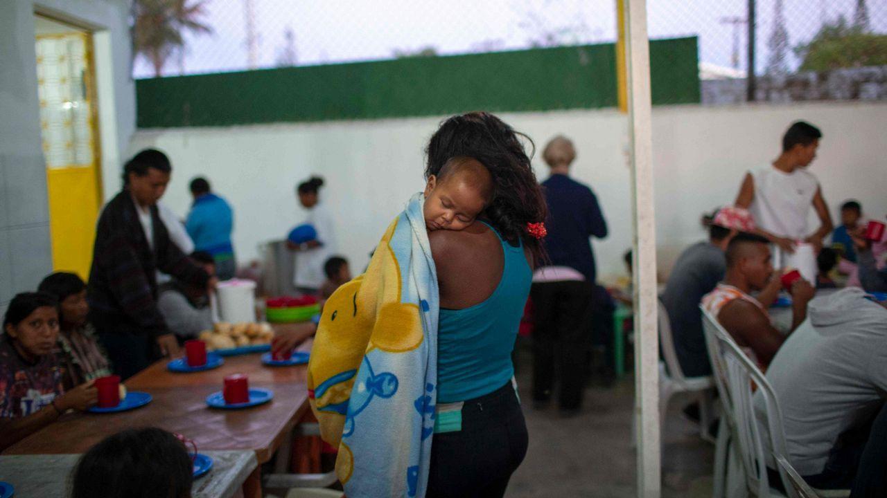 Varios venezolanos desayunan en Pacaraima, Roraima, Brasil.