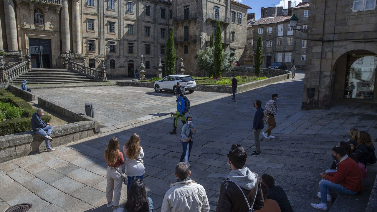 Una prueba del Xouva 4.90 realizada en el embarcadero del balneario de Laias, en el municipio ourensano de Cenlle. A la izquierda, José Ballester; en el centro, Manuel Baltar, presidente de la Diputación de Ourense, y a la derecha, Javier Soto, gerente del grupo de balnearios Caldarial