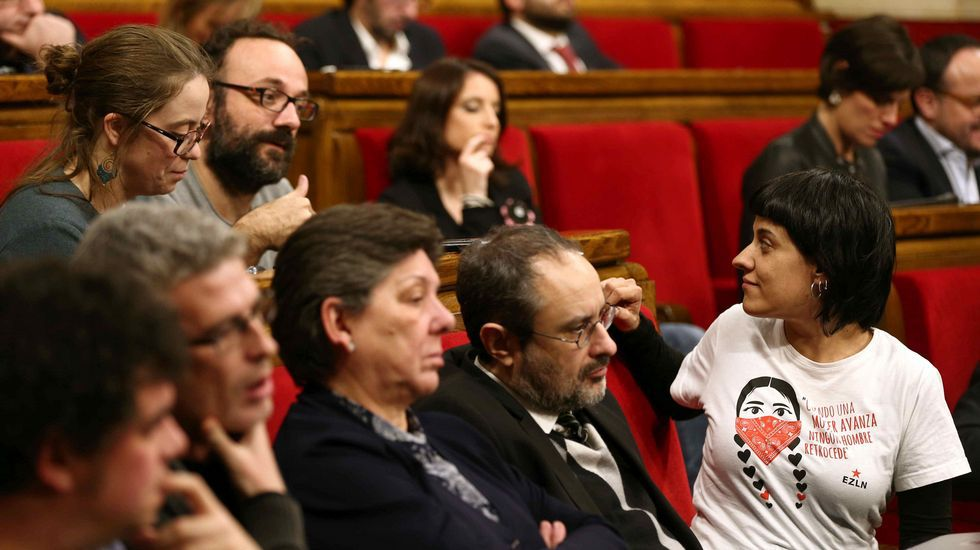 Diputados de la CUP, con Anna Gabriel al frente, siguen la intervención de Puigdemont.