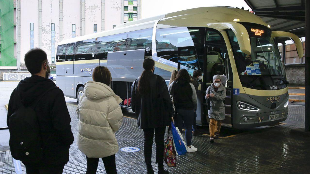 El colapso en Madrid llega a los hospitales, con centros completamente bloqueados.Colas para acceder a un bus de Freire, ayer en Lugo