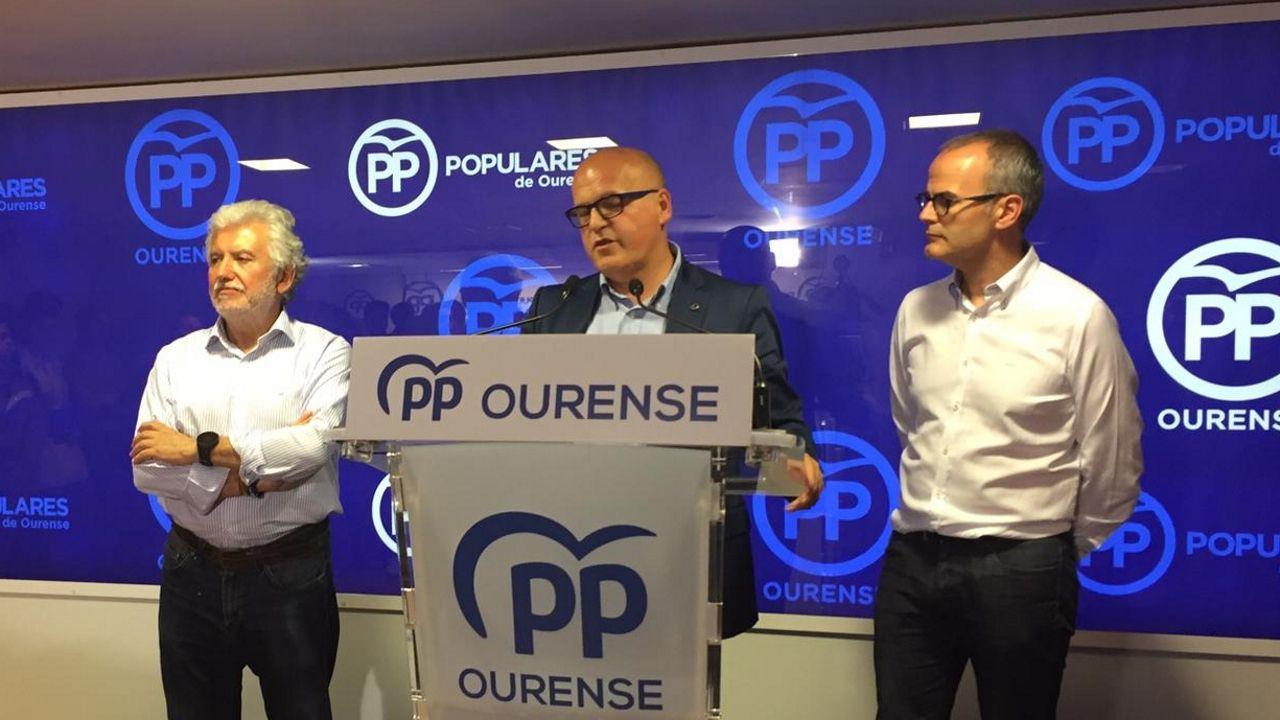 Baltar pierde la mayoría en la Diputación de Ourense.Tomé, de espaldas, recibe el abrazo de un simpatizante en la sede del PSOE