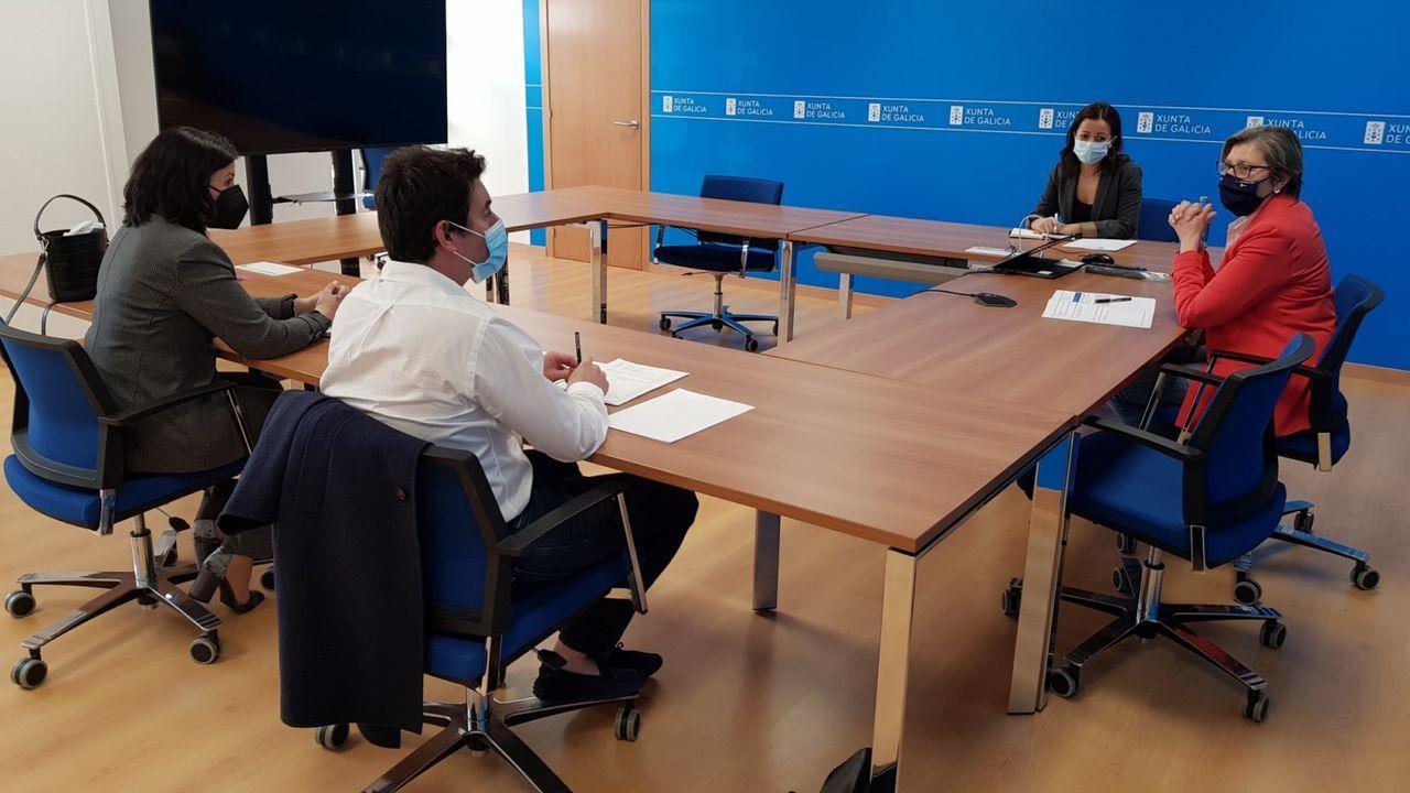 Rosa Quintana se reunió con los representantes de los palangreros de Ribeira y Marín