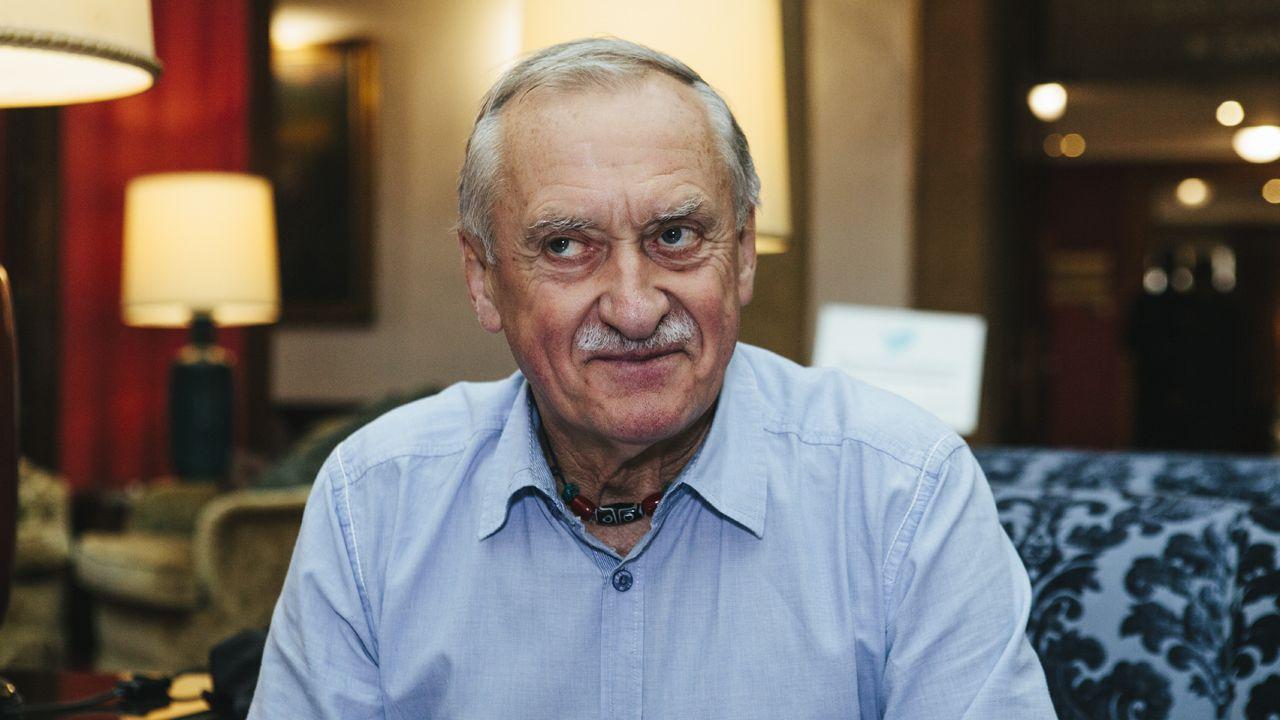 Un eurodiputado italiano pisotea los papeles de Moscovici.El alpinista Krzysztof Wielicki , Premio Princesa de Asturias de los Deportes