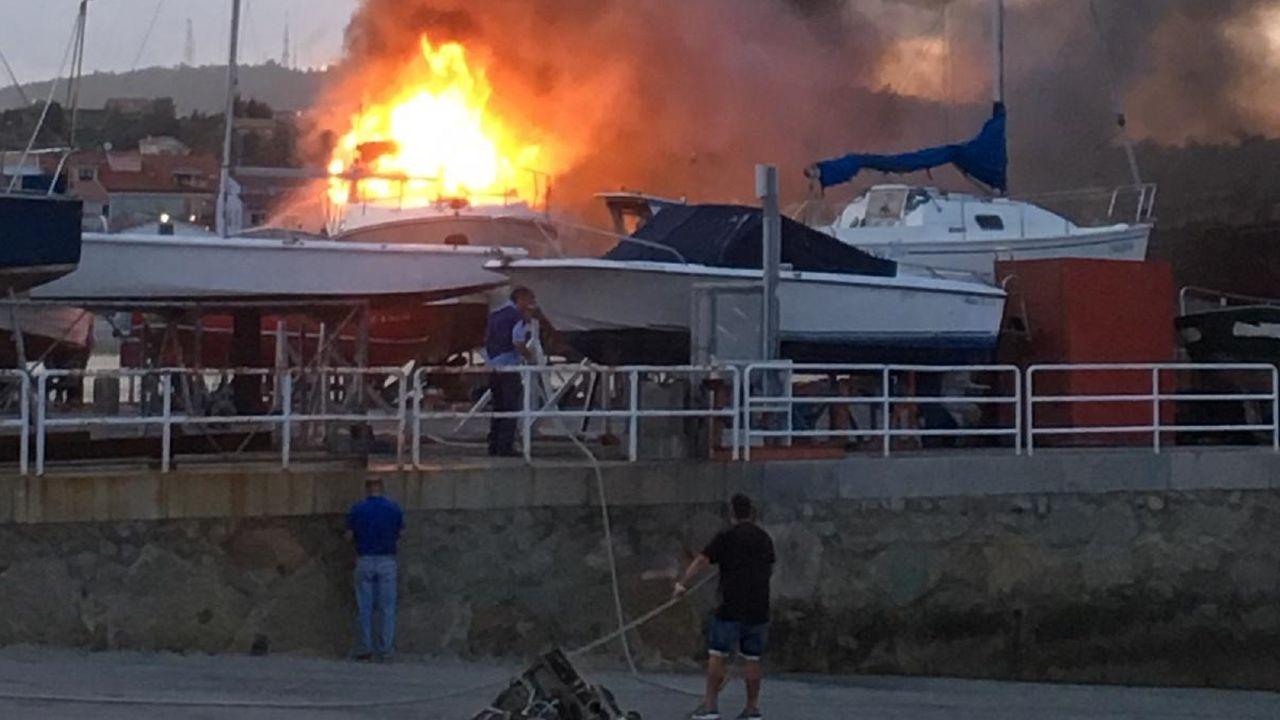 Llamativo incendio de un yate en el puerto deportivo de Ares