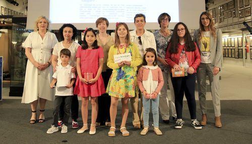 Entregaron los premios de la categoría infantil Sonia Delpont, de Viaqua, y Sara Carreira, redactora de Educación de La Voz de Galicia