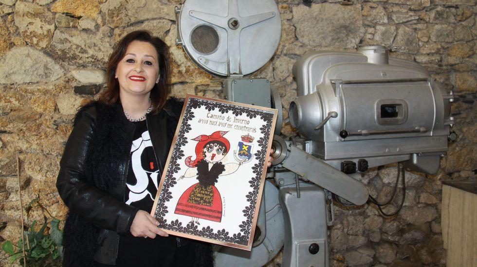 Susana de la Cruz con la Carmela que el Concello de A Rúa usó como regalo institucional en la Festa do Codillo