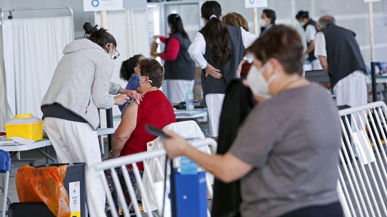 Primeros pinchazos con Pfizer en el recinto ferial de Pontevedra.Vacunación con AstraZeneca para personas de 60 a 65 años en el recinto ferial de Pontevedra