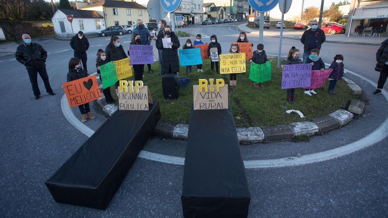 Manifestación contra el cierre del colegio de Baamonde.Rilo & Penadique presentan «Fartura de Nadal» en el Gustavo Freire
