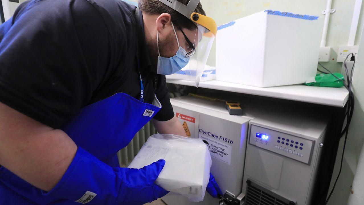 Un técnico del Hospital de Croydon, en el Reino Unido, guarda las vacunas
