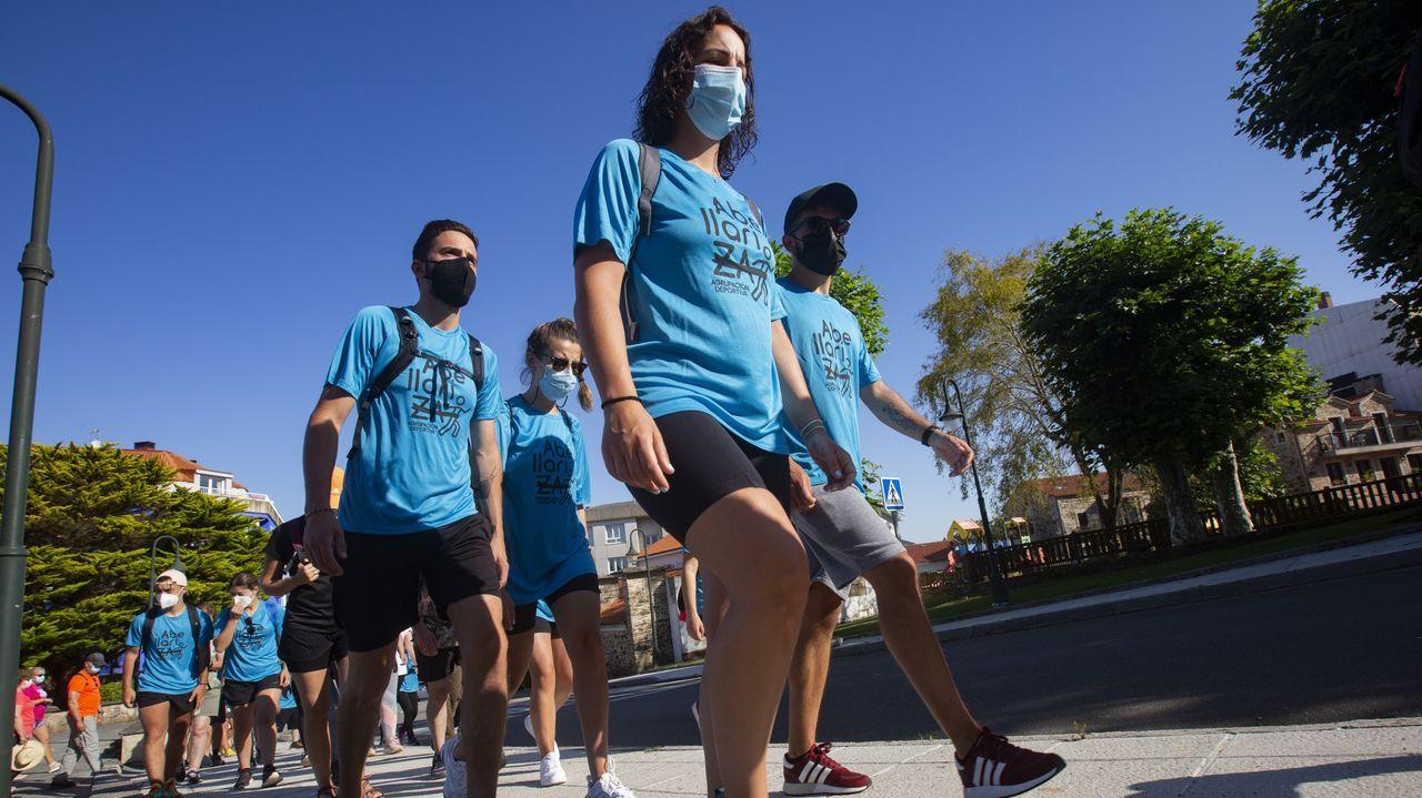 Las imágenes de la andaina solidaria que promovió Abellariza en favor del cáncer.David Costas, con la mano pintada de rosa