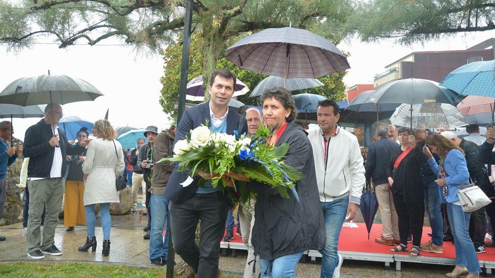 La Festa da Xouba y la Feira do Libro llenan Rianxo.Gonzalo Caballero en la ofrenda de flores del PSdeG-PSOE a Castelao por el Día de Galicia