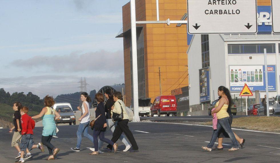 Gente cruzando la mediana de Marineda City.Ana López.