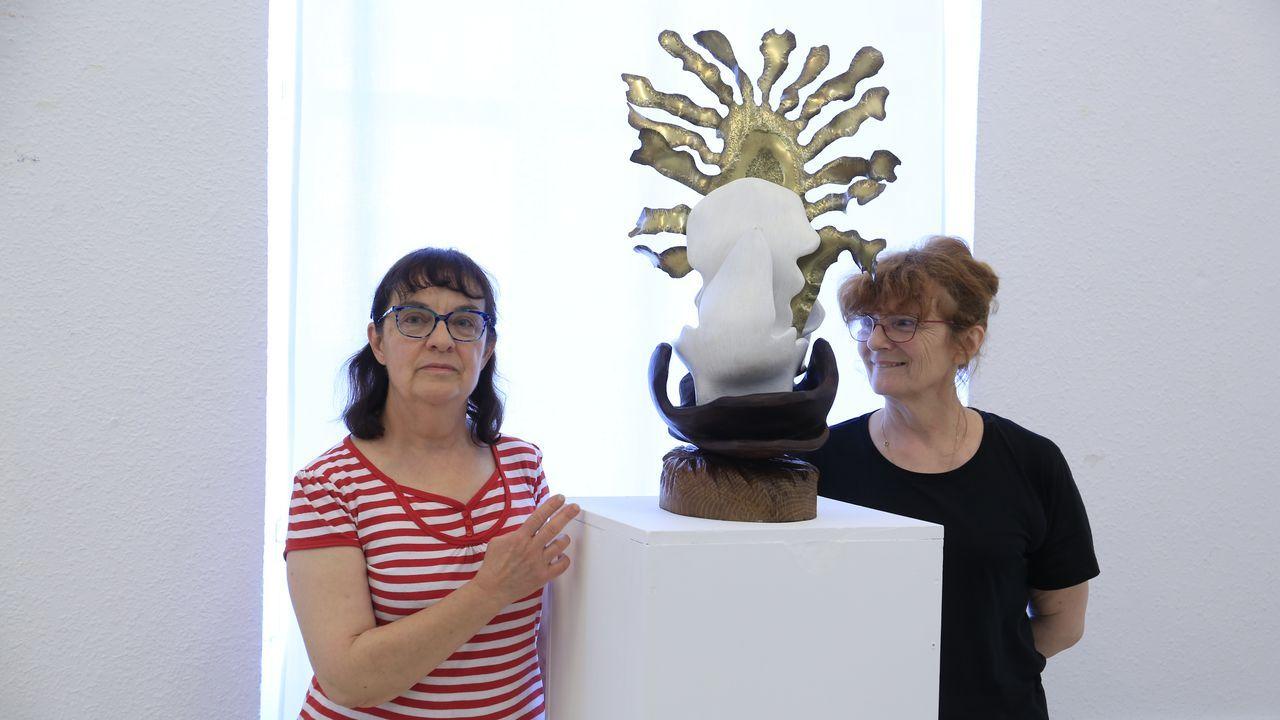 La viuda de Xosé Diaz Fuentes, Florence Normier, a la izquierda, y la comisaria de la exposición, Mina Vrillet