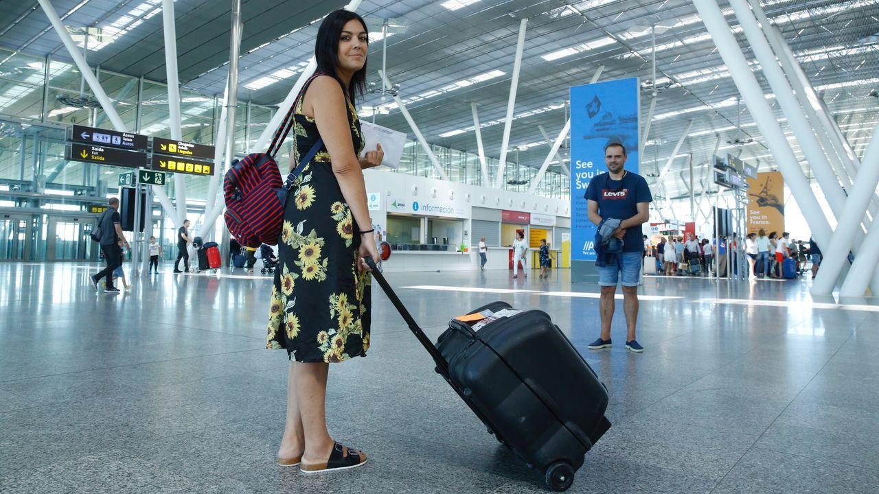 Premios Grelo de Ouro.Silvia Pérez en el aeropuerto de Lavacolla con la máquina de diálisis que no le permitieron meter en cabina por la mañana