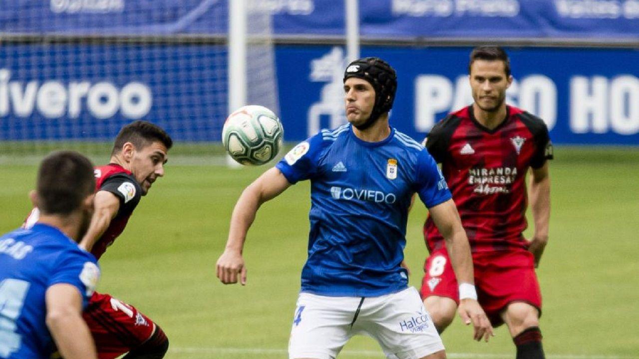 Luismi Real Oviedo Mirandes Carlos Tartiere.Luismi controla un esférico bajo la oposición de dos rivales