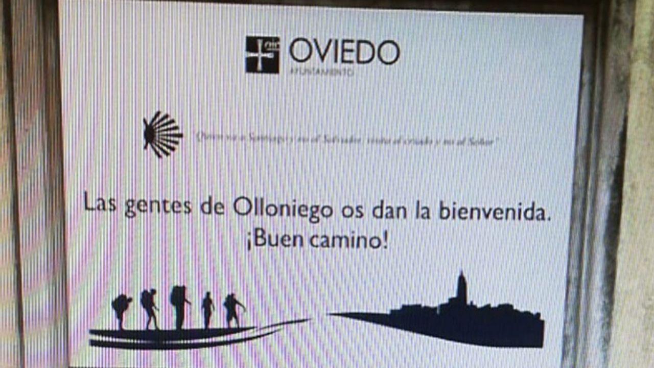 Placa que saluda a los peregrinos del Camino de Santiago en Olloniego