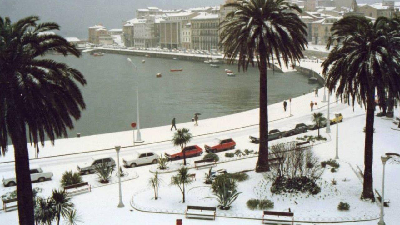 Fotografía del ahora puerto deportivo de Gijón, con Cimavilla al fondo, de enero de 1985