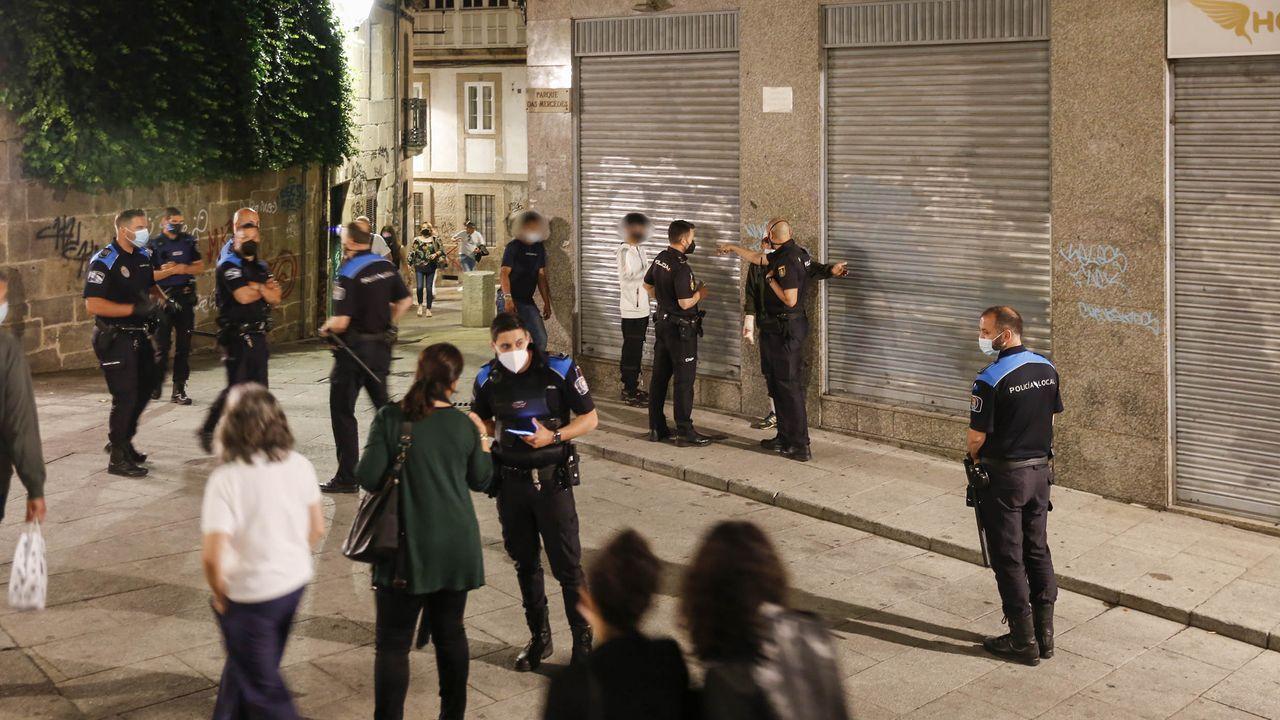 La Policía Local, actuando en la Praza das Mercedes por la aglomeración de personas