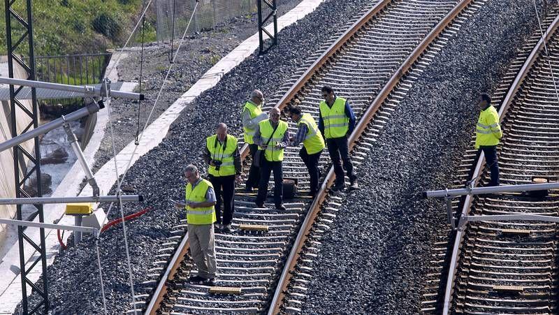 Los peritos inspeccionan la señalización y el trazado de la vía en Angrois.Pablo Isla presentó los resultados del último ejercicio en el centro logístico que Inditex tiene en Meco (Madrid).