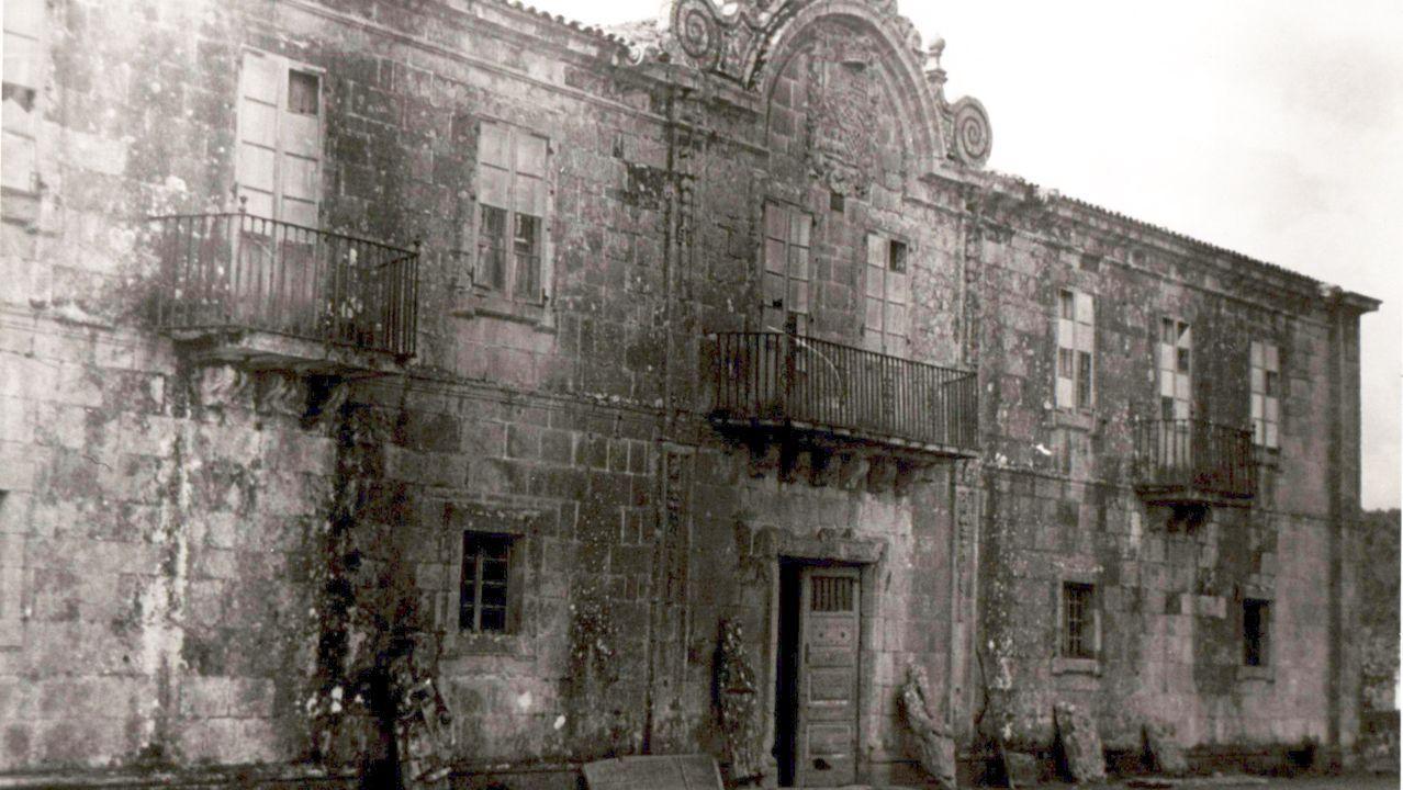 Entroido de Mugares.Imagen del pazo de Ximonde en 1945, con las esculturas apoyadas en su fachada. Fondo Durán Loriga. ARCHIVO MUSEO DE PONTEVEDRA