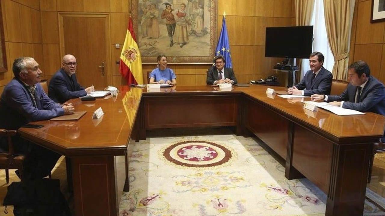 Así se manifiestan los«riders» asturianos.Representantes del comité el lunes con una pancarta ante la sede de TVG al paso de los candidatos