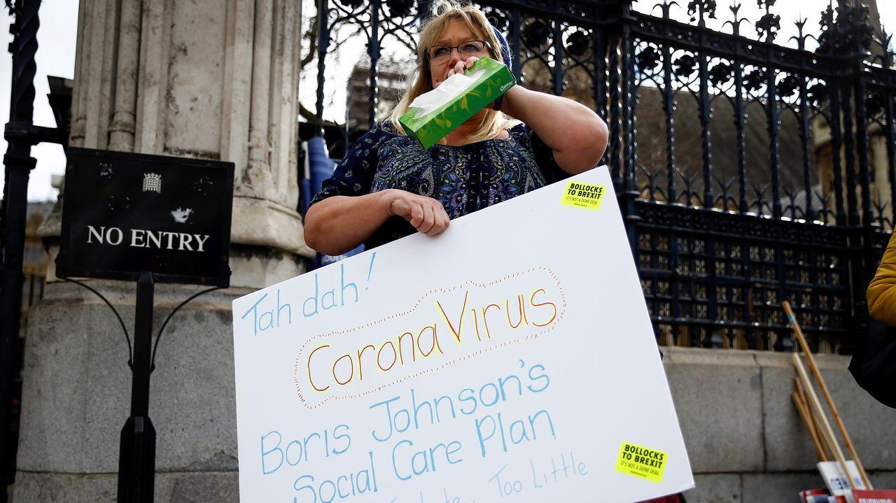 Una manifestante frente al Parlamento británico, en Londres