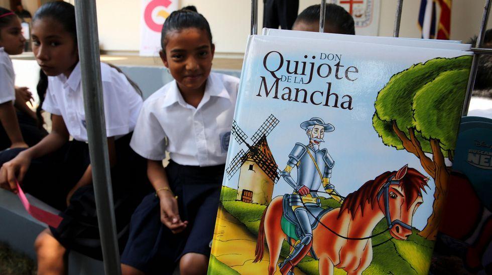 Jóvenes estudiantes participan de la Feria Nacional del Libro en Managua (Nicaragua) hoy, jueves 21 de abril de 2016, que este año es dedicada al IV Centenario de la muerte del novelista, poeta y dramaturgo español Miguel de Cervantes y al centenario del fallecimiento del poeta nicaragüense Rubén Darío (1867-1916).