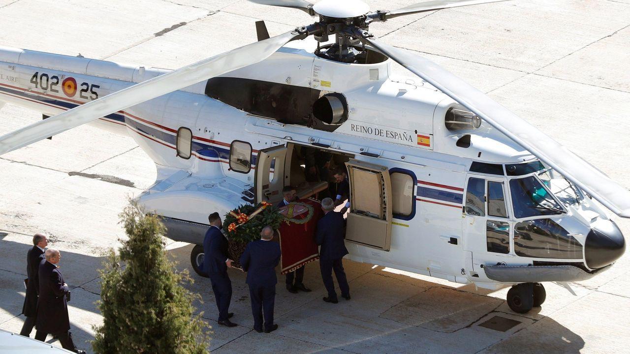 Furtivos en O Portiño.Familiares de Franco introducen o féretro no helicóptero que o trasladou dende o Valle de los Caídos