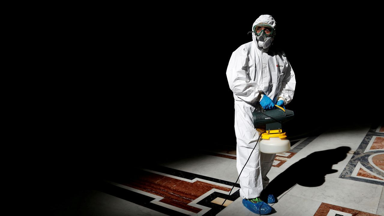 Un operario realiza tareas de desinfección en la basílica de San Pedro, en el Vaticano