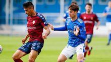 Javi Cueto Vetusta Pontevedra El Requexon.Javi Cueto pugna por un esférico con un futbolista del Pontevedra