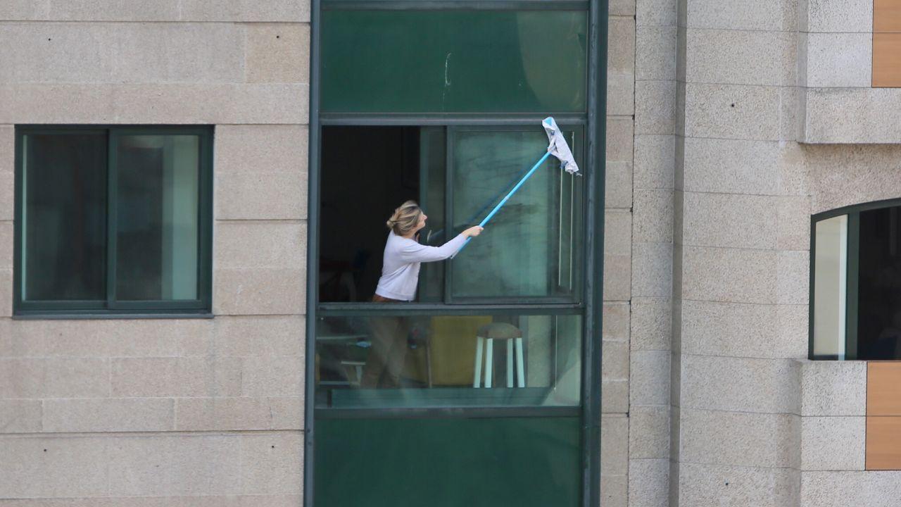 Domingo de limpieza en la calle Rosalía de Castro de Vigo. Esas ventanas quedarán relucientes gracias al confinamiento. Los gallegos no pierden el tiempo en sus casas