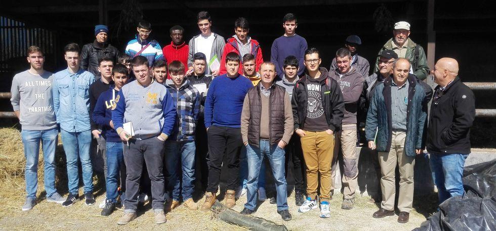 El grupo de Fonteboa, en una de las granjas que visitaron durante la jornada del lunes.