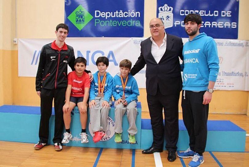 Pereira y López, bronces en Ponteareas, con técnicos del club.